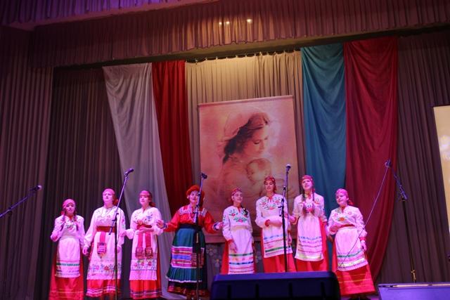В Краснолипье отметили День матери отчетным концертом.