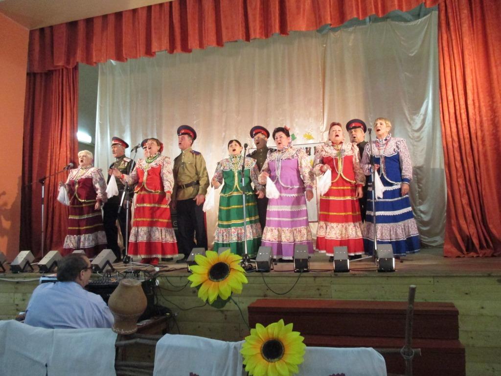 Казачий ансамбль «Ясные зори» из Осадчего на дне села Владимировка Белгородской области.